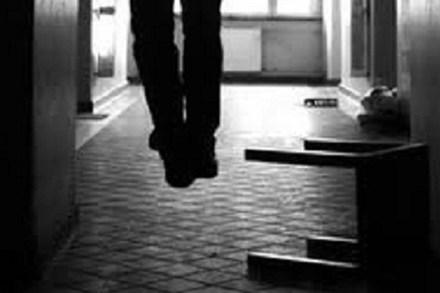 Phó giám đốc chết trong tư thế treo cổ tại nhà riêng